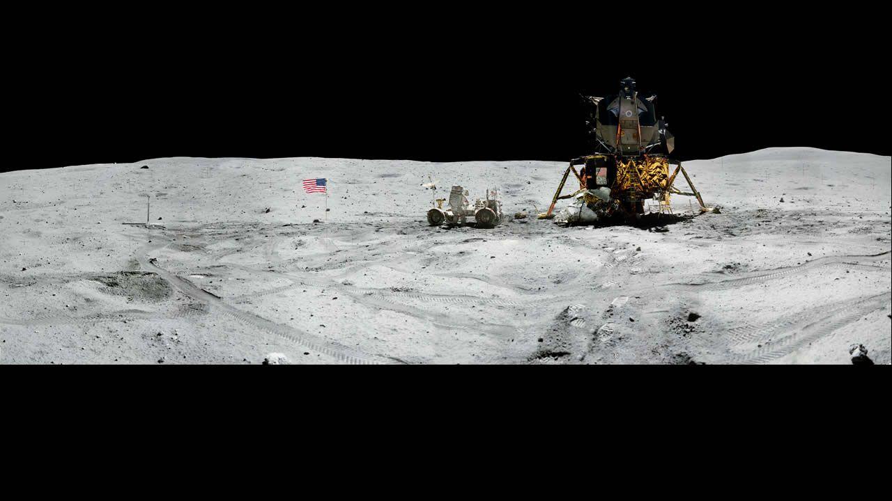 Vista panorámica del comandante del Apolo 16 (1972), el astronauta John W. Young, trabajando en el Vehículo Lunar Roving