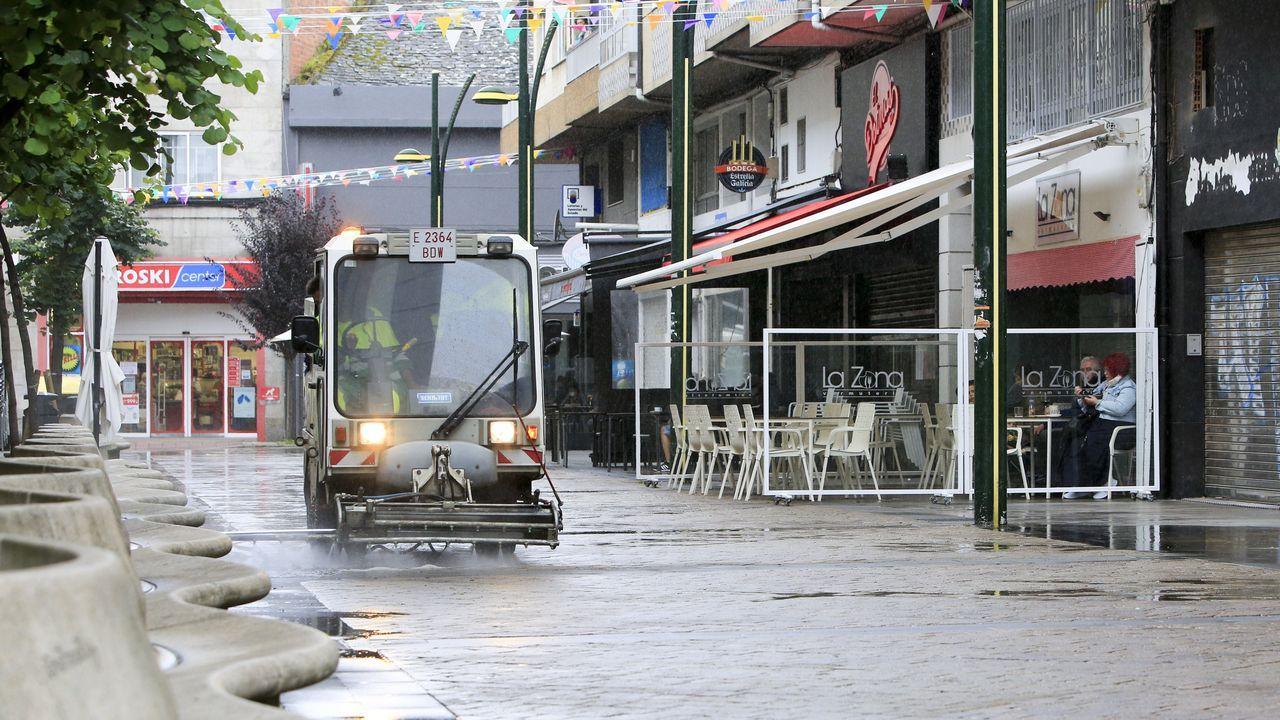 ÁLBUM: Las siete figuras de hierro que animan las calles de Navia.Labores de desinfección en el barrio A Milagrosa