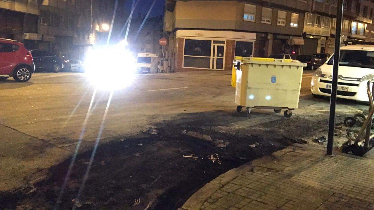 Arde un coche a causa del incendio en unos contenedores