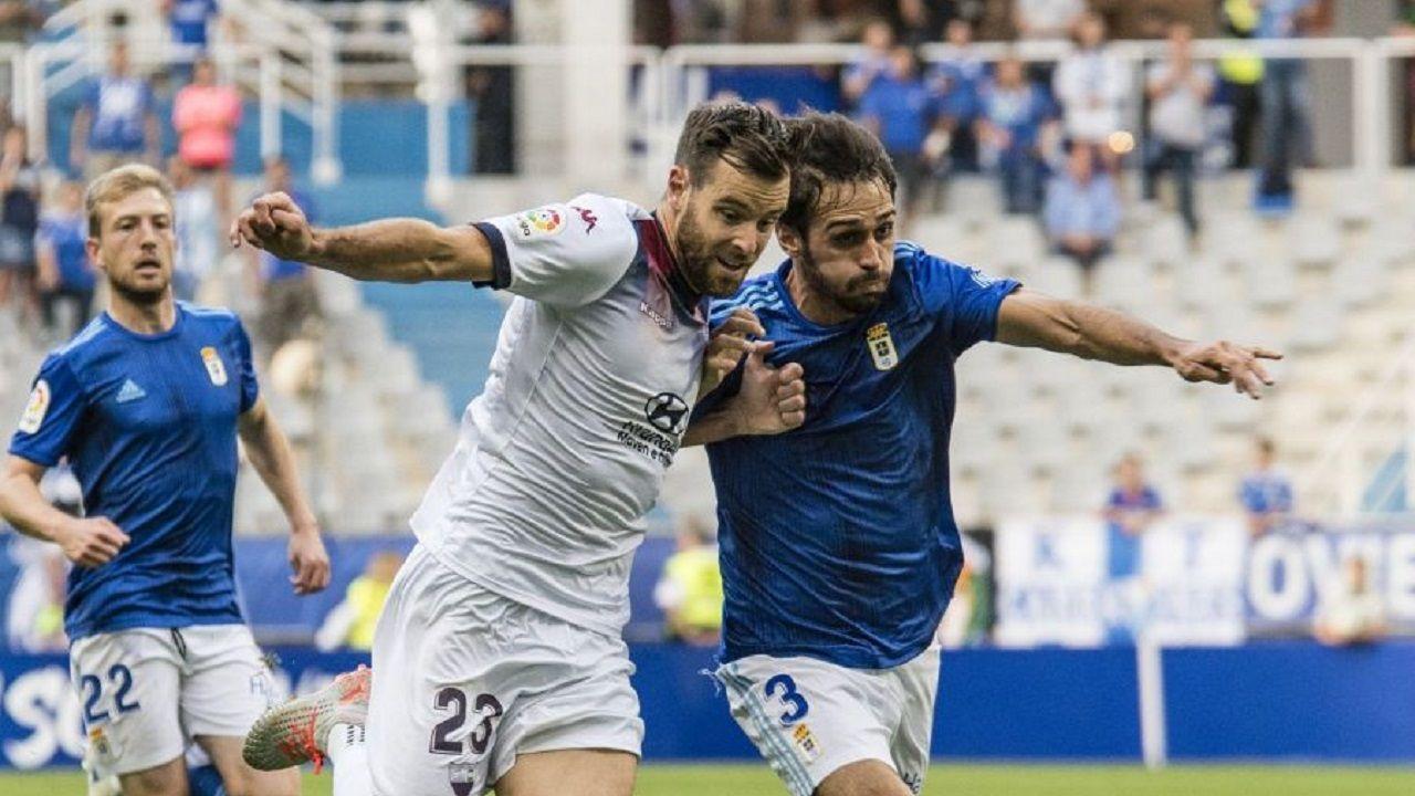 Arribas Alex Lopez Real Oviedo Extremadura Carlos Tartiere.Arribas pugna por un esférico con Álex López