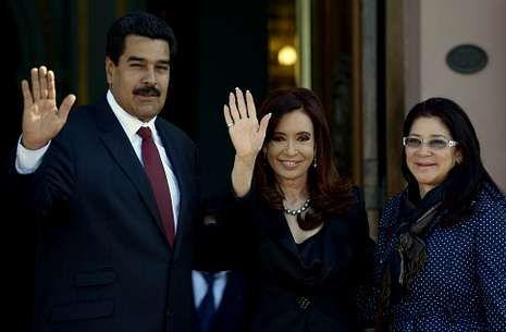Maduro y su mujer posan con Cristina Fernández a su llegada a la Casa Rosada.