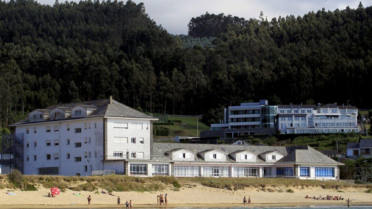 En primer plano, a pie de playa, el albergue viveirense de Area