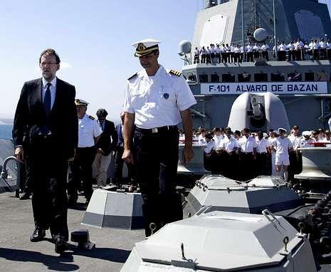 Rajoy pasa la Navidad en casa de su suegra.El presidente del Gobierno en la F-101 con parte de la dotación al fondo. <span lang= es-es >EFE</span>