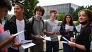 Foto de archivo.- Estudiantes británicos recibiendo los resultados de los exámenes.