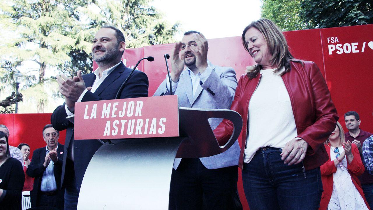 Carmen Arbesú, alcaldesa de Langreo, junto a José Luis Ábalos y Adrián Barbón en un acto electoral en Langreo