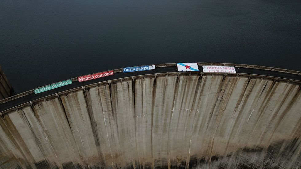 El BNg desplegó este domingo pancartas y una gran bandera gallega en lo alto de la presa de Belesar