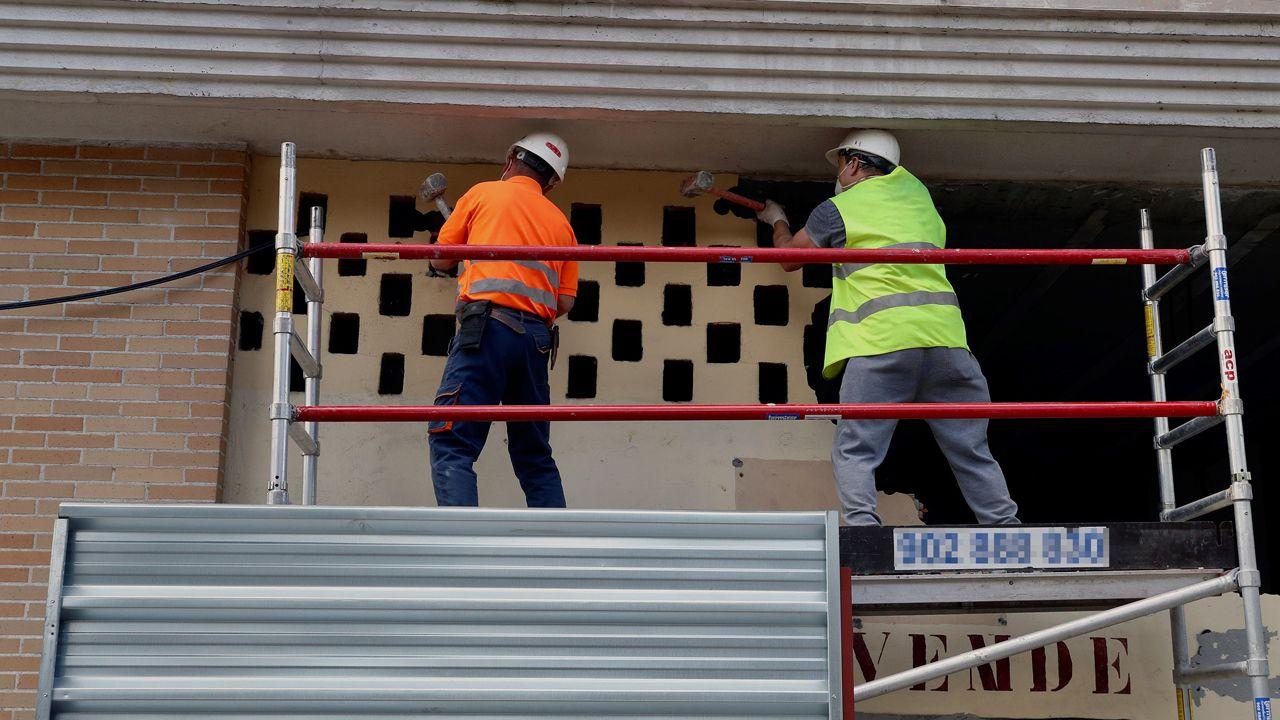 Obreros trabajan este lunes en la reforma de un bajo comercial en Oviedo