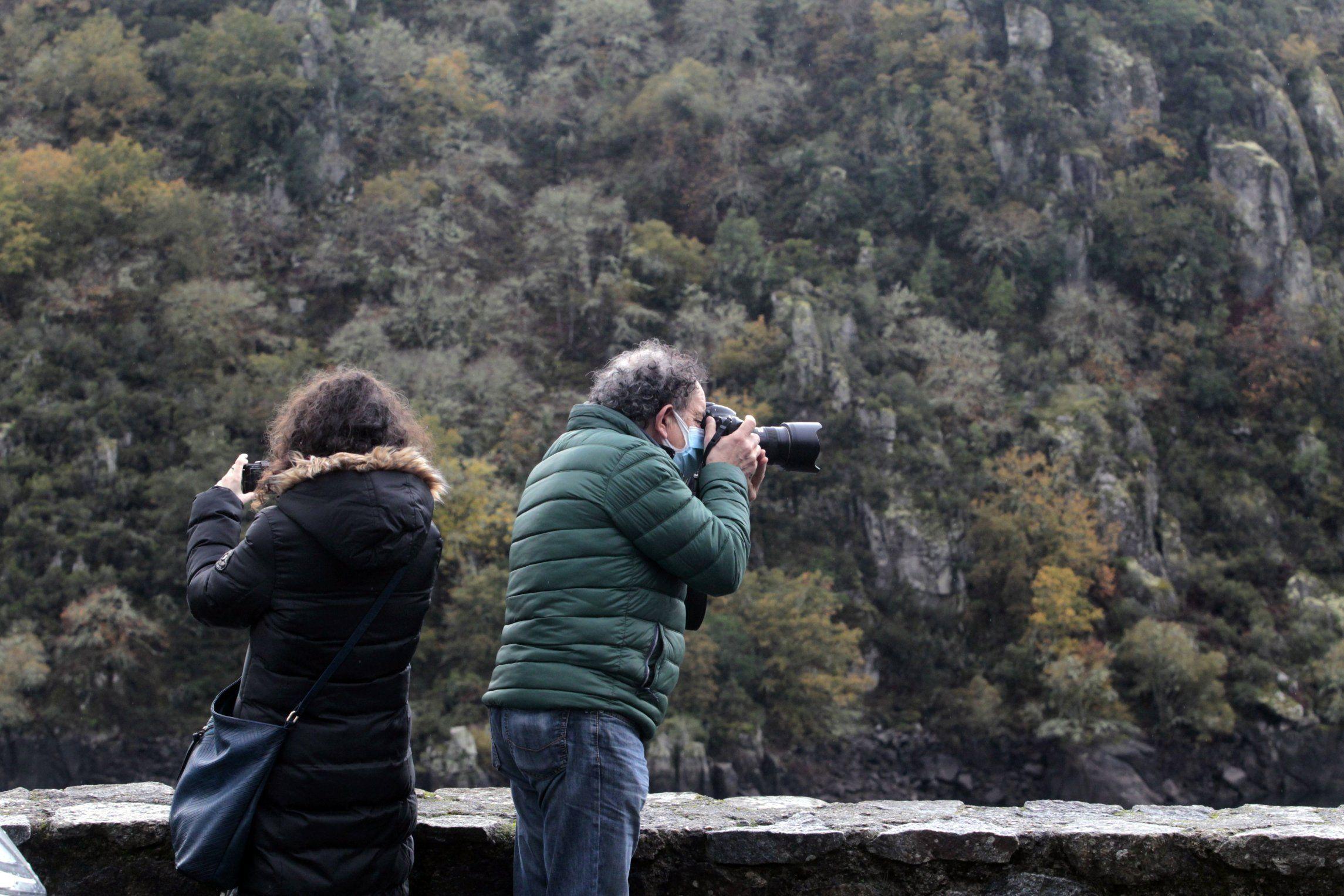 Visitantes sacando fotos en la zona del embarcadero de Os Chancís, en Sober, en una imagen de archivo