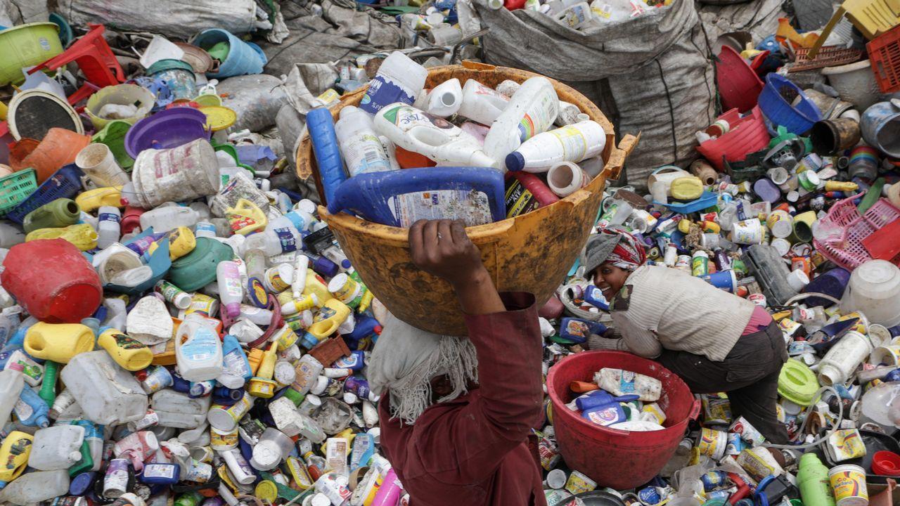 Mujeres recolectan envases de plástico usados en un centro de reciclaje de Nairobi, en Kenia