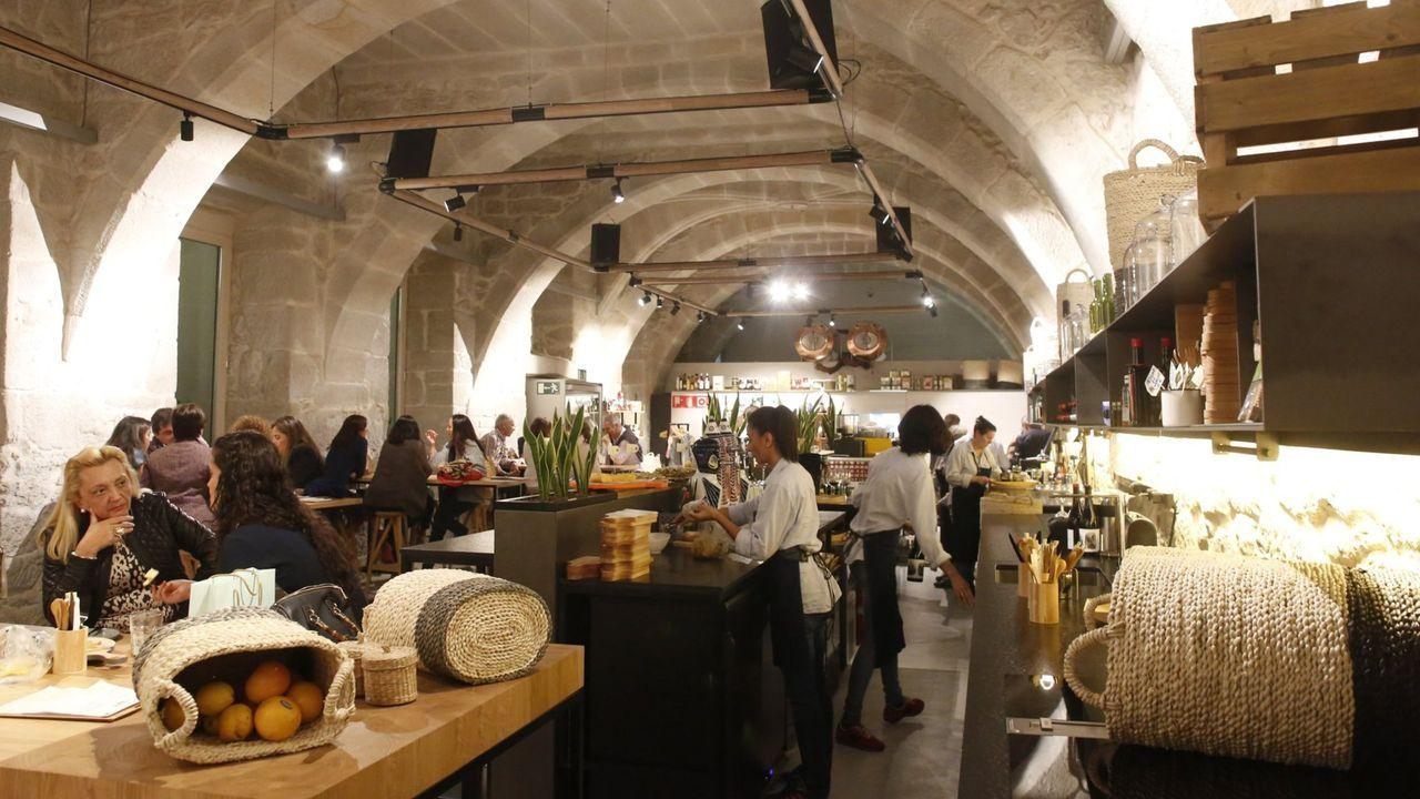 Algunas de las fotografíasde los tres locales con más seguidores en Pontevedra.Uno de los looks de la nueva colección de Zara con pañuelo a modo de top