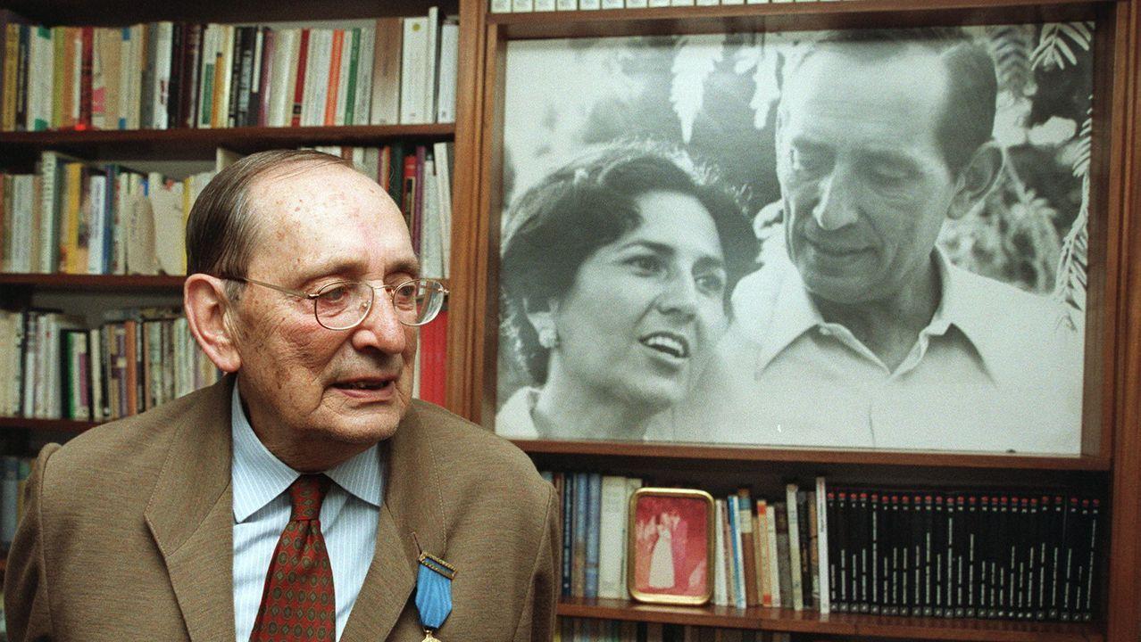 Miguel Delibes, en 1999, junto a un retrato suyo con su mujer, Ángeles de Castro