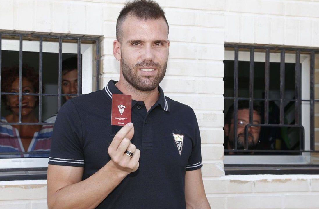 Ortuño posa con el carnet de abonado del Albacete tras su fichaje