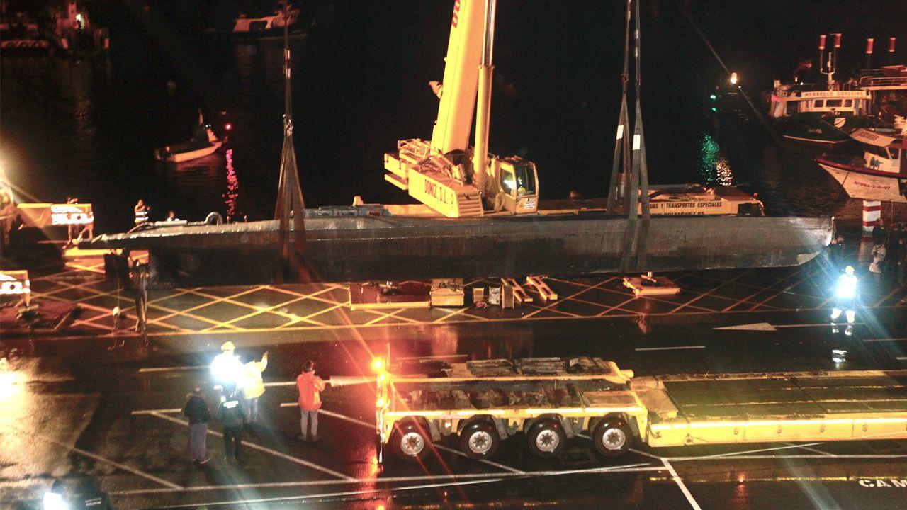 El narcosubamarino, a la vista en Aldán.Imagen del alijo de la operación Piraña, con 4.000 kilos de cocaína