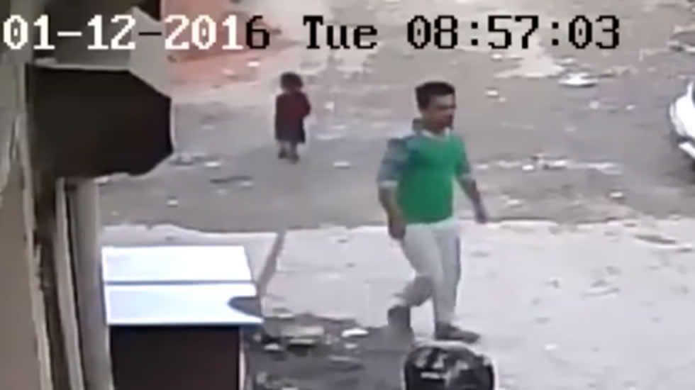 Un coche pasa por encima de una niña que resulta ilesa