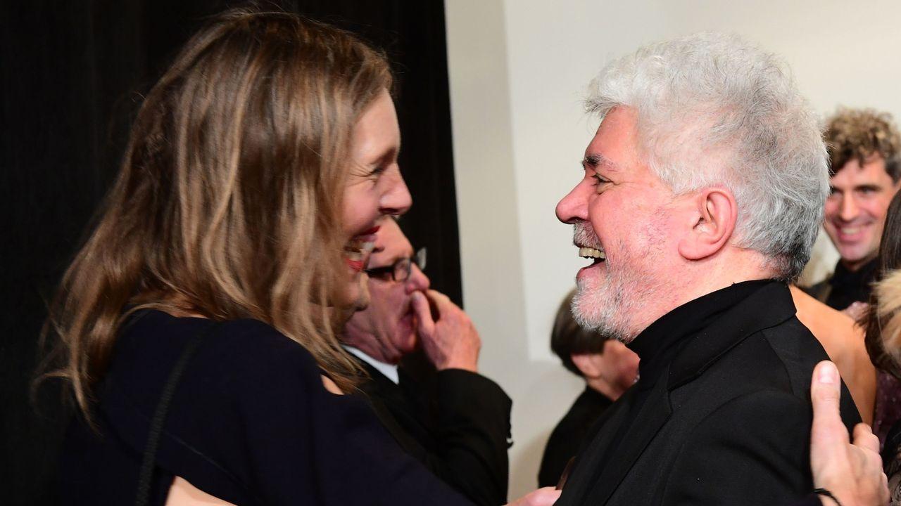 Almodóvar, recibido a su llegada a Berlín por Donata Wenders, esposa del cineasta alemán Wim Wenders