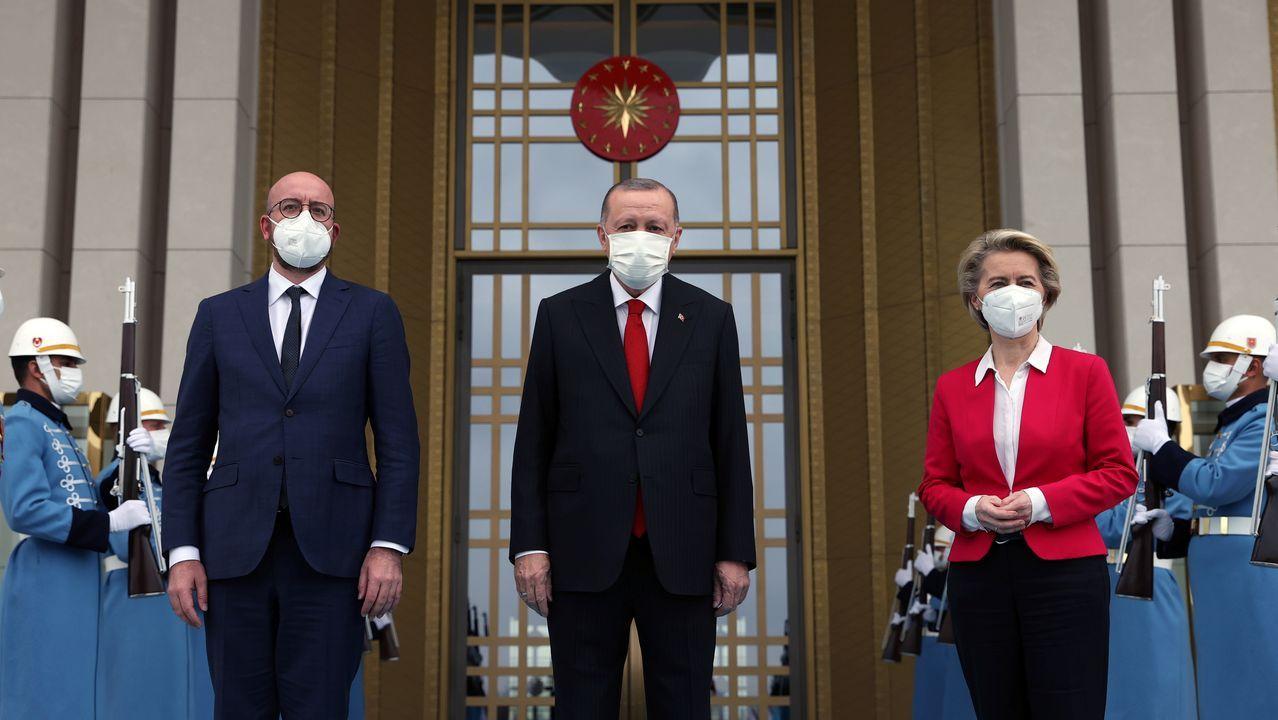 Charles Michel y Von der Leyen posan con Erdogan ante el palacio presidencial en Ankara