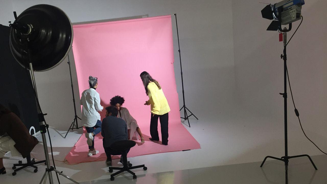 Estudios de fotografía en las que los modelos lucen los diseños de Zara.