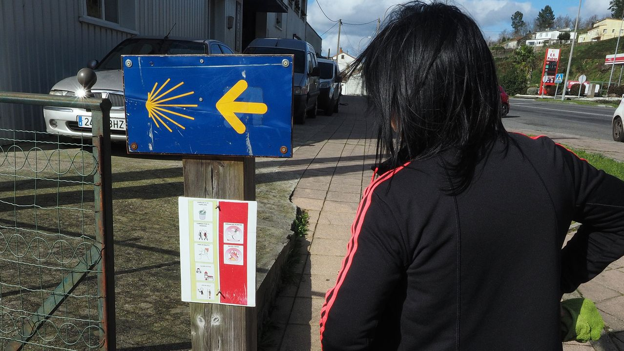 Desechos en un paraje natural junto al Ulla.El cartel, algo descolorido, está colocado en la pista que baja el interior de la aldea de Pazos