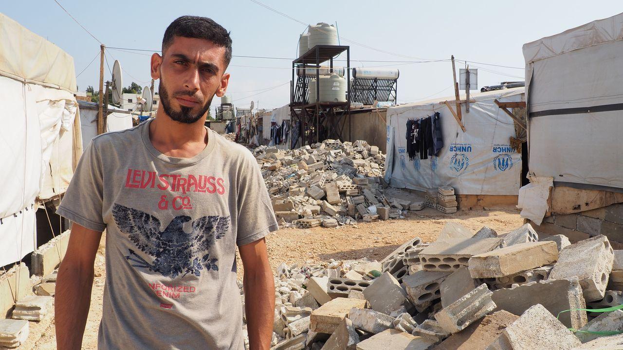 El refugiado sirio Ala Al-Talib fue obligado a destruir su casa por el ejército libanes