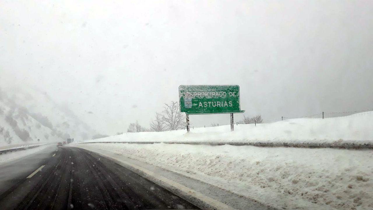 La nieve dificulta el tráfico en la autopista del Huerna.La nieve dificulta el tráfico en la autopista del Huerna