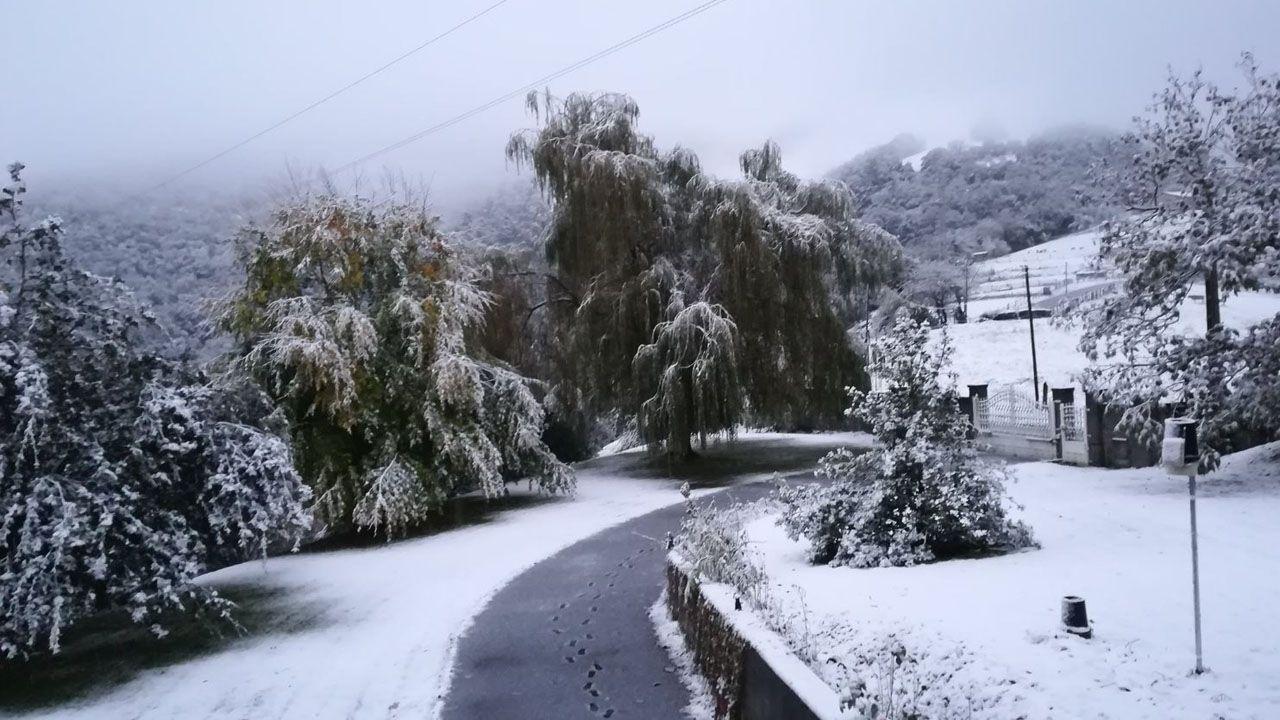 El Entrego a 400m. Se ve cómo la nieve ha llegado al fondo del valle a 200m en El Collau
