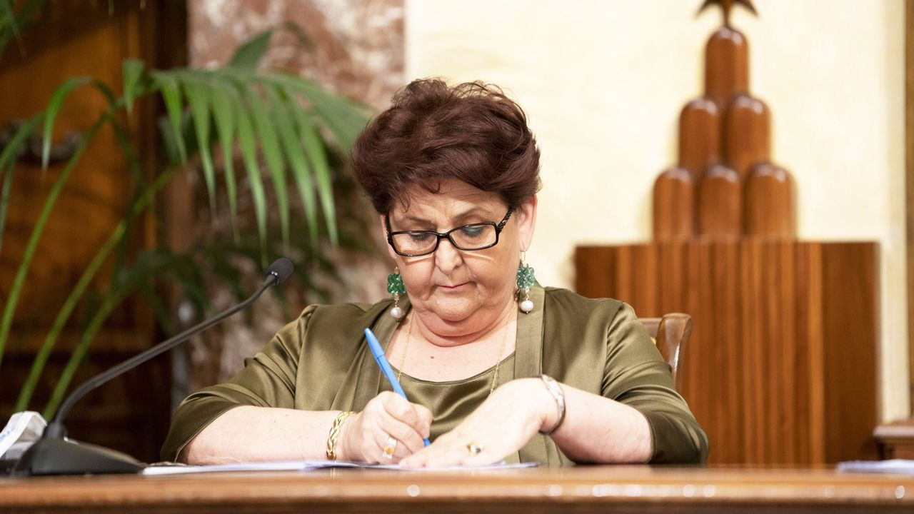 La ministra de Agricultura de Italia, Teresa Bellanova, firma la orde de regularización de migrantes