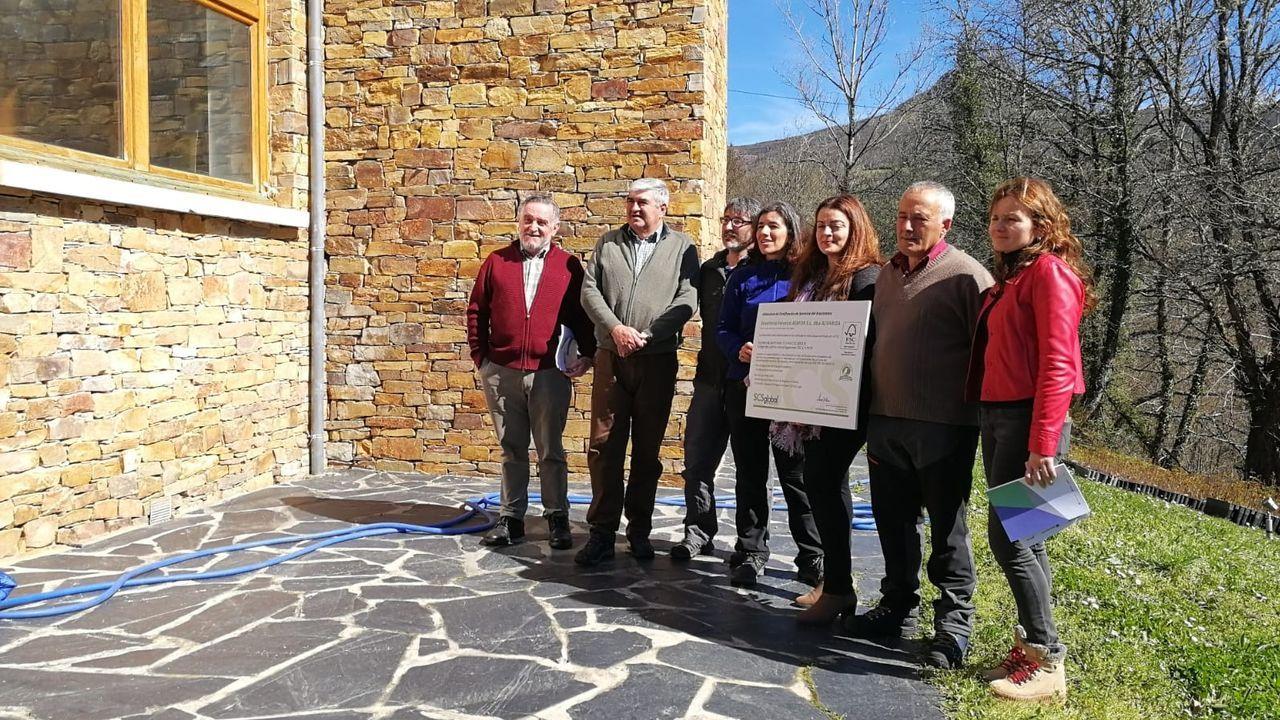 La alcaldesa de O Courel recogió el certificado FSC en nombre de la comunidad de montes de Rogueira en un acto que se celebró en la estación científica de la Universidade de Santiago en Seoane
