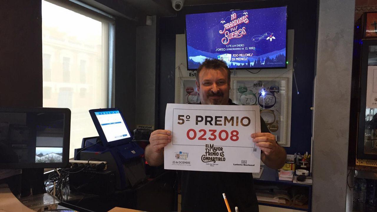 Enrique Garcia, del bar Nai Pai, en Mera. Vendió tres décimos de un quinto. Total: 18.000 euros. No tiene ni idea de quien le tocó. Fueron por terminal