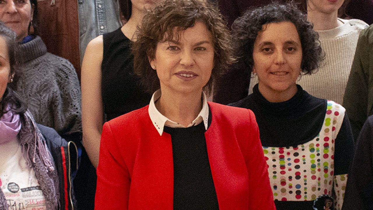 Estado en el que se encuentra la placa que recuerda a las mujeres fusiladas por el franquismo en Gijón, con la tierra removida en su base.La concejala de Educación, Montserrat López, durante la presentación de FETEN