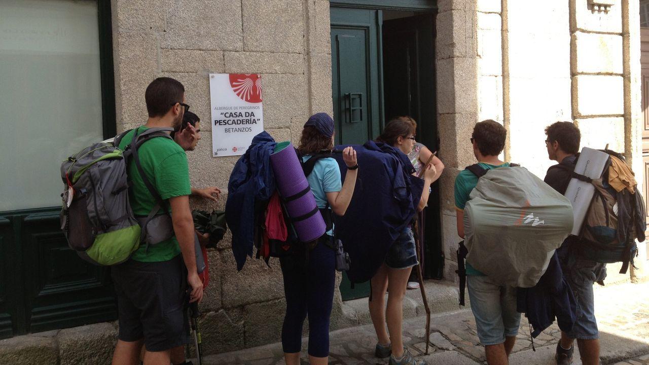 Imagen de archivo de un grupo de peregrinos ante el albergue público de Betanzos