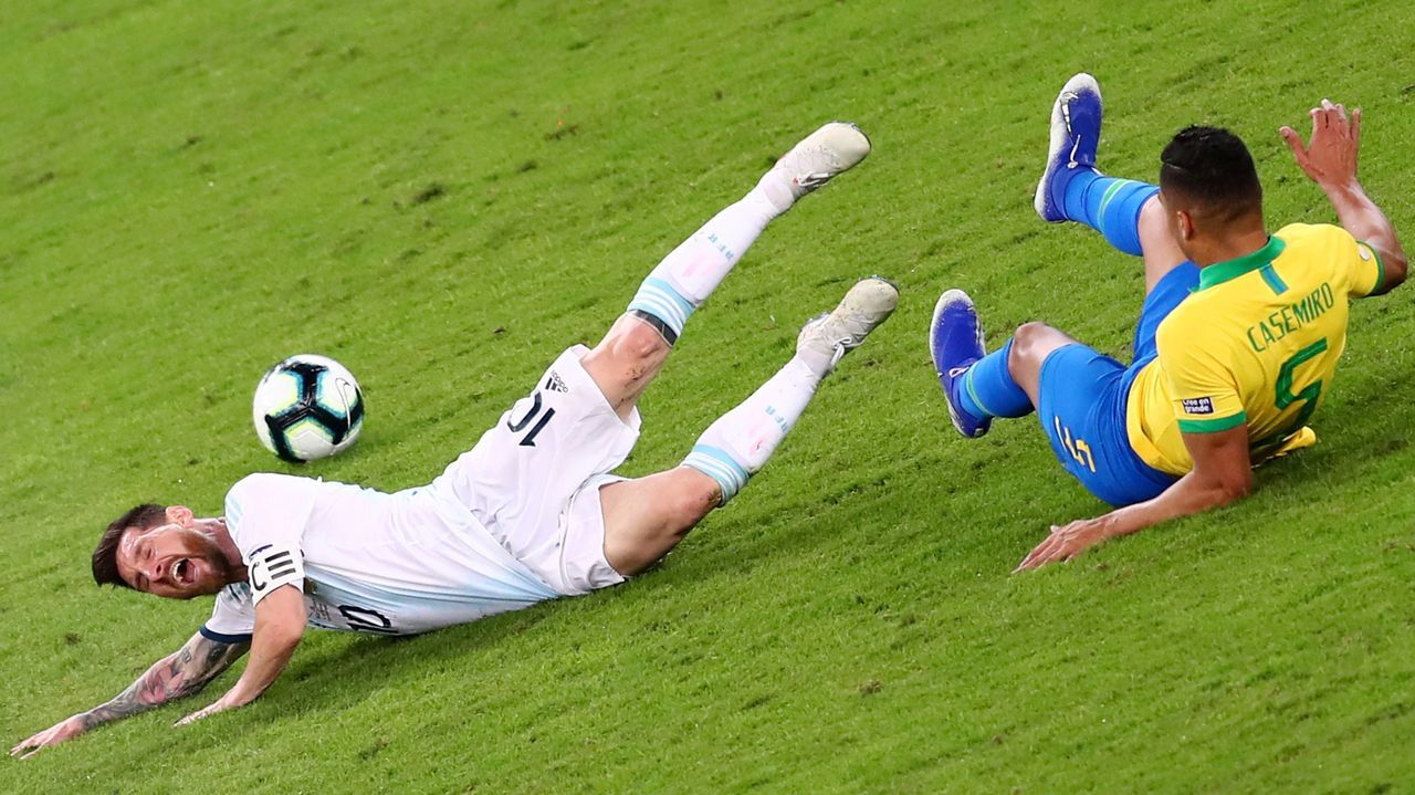 Zidane da instrucciones a Marcelo durante el partido contra el Atlético de Madrid