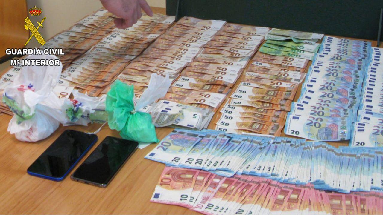 Los estupefacientes, el dinero, la báscula y el móvil incautados por la Policía Nacional de Viveiro