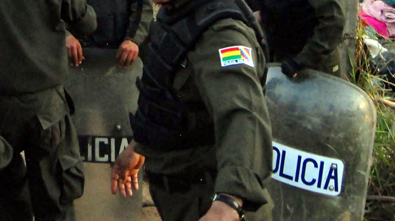 Las mejores imágenes del día grande de Os Milagres en Caión: ¡álbum!.Policía boliviana en una foto de archivo