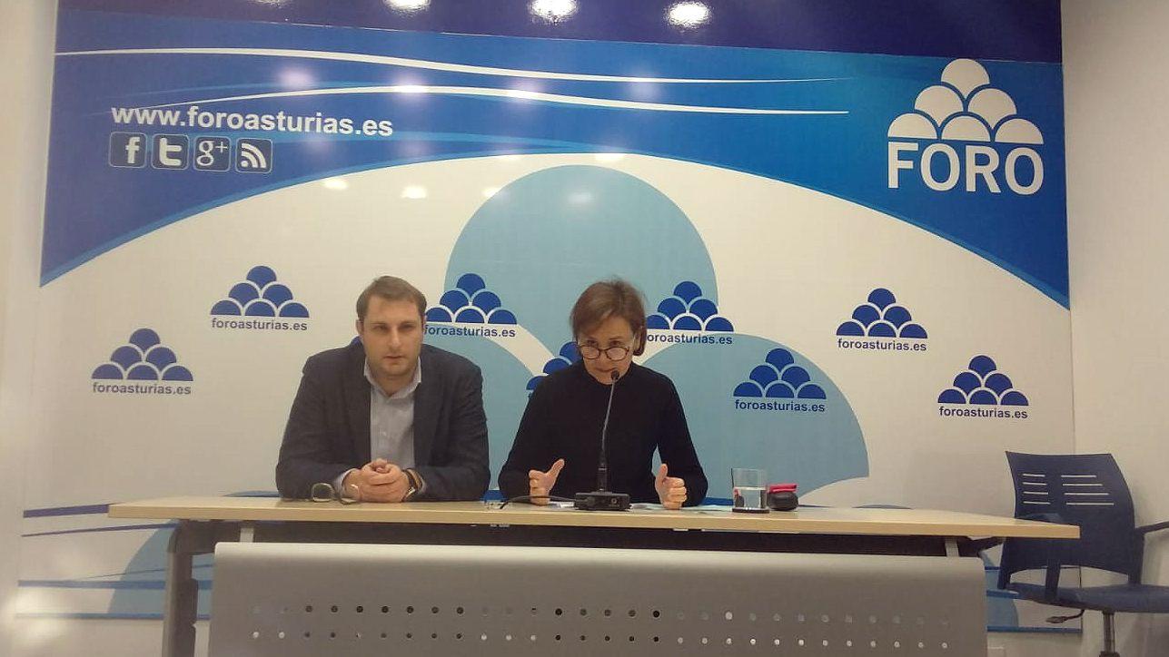 Carmen Moriyón y Adrián Pumares en rueda de prensa de Foro Asturias
