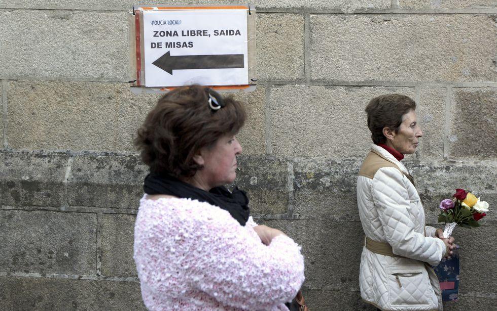 Los fieles empezaron ayer a tomar posición ante la capilla del convento de Vista Alegre.