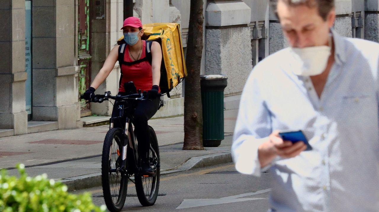 Un repartidor en bicicleta trabajando en Oviedo