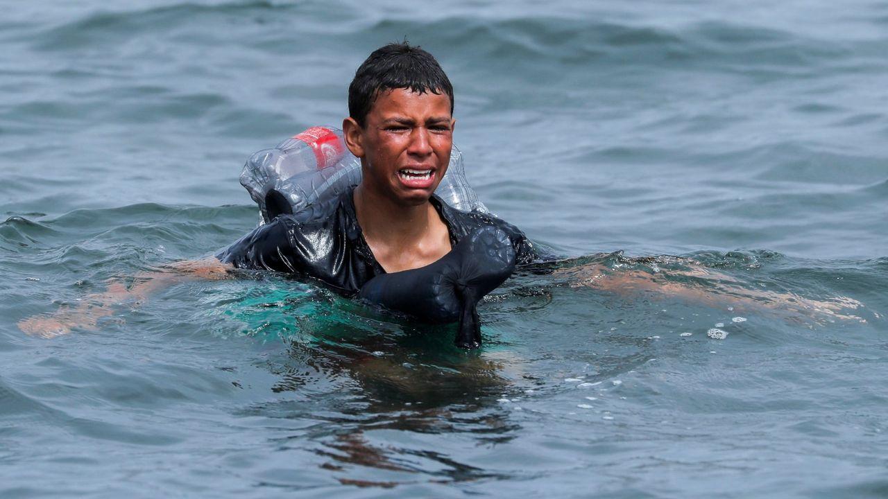La desesperación de un niño intentado entrar a España con un flotador de botellas de plástico atado a su cuerpo