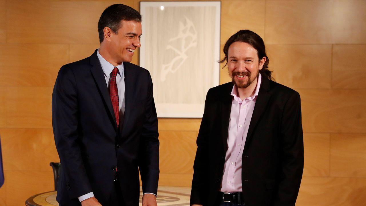 Sánchez e Iglesias sonríen al inicio de su encuentro en el Congreso