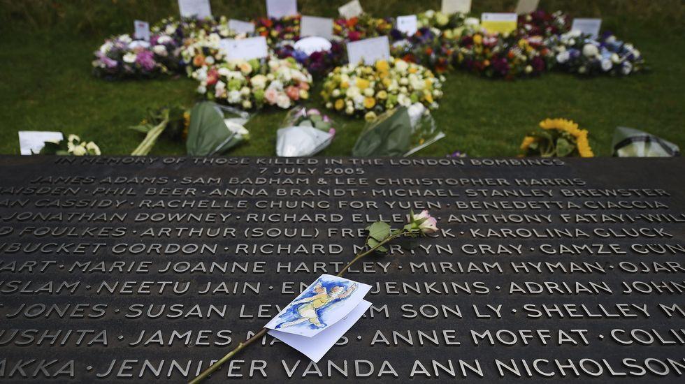 Una rosa sobre la placa de nombres de las víctimas, en el monumento 7/7