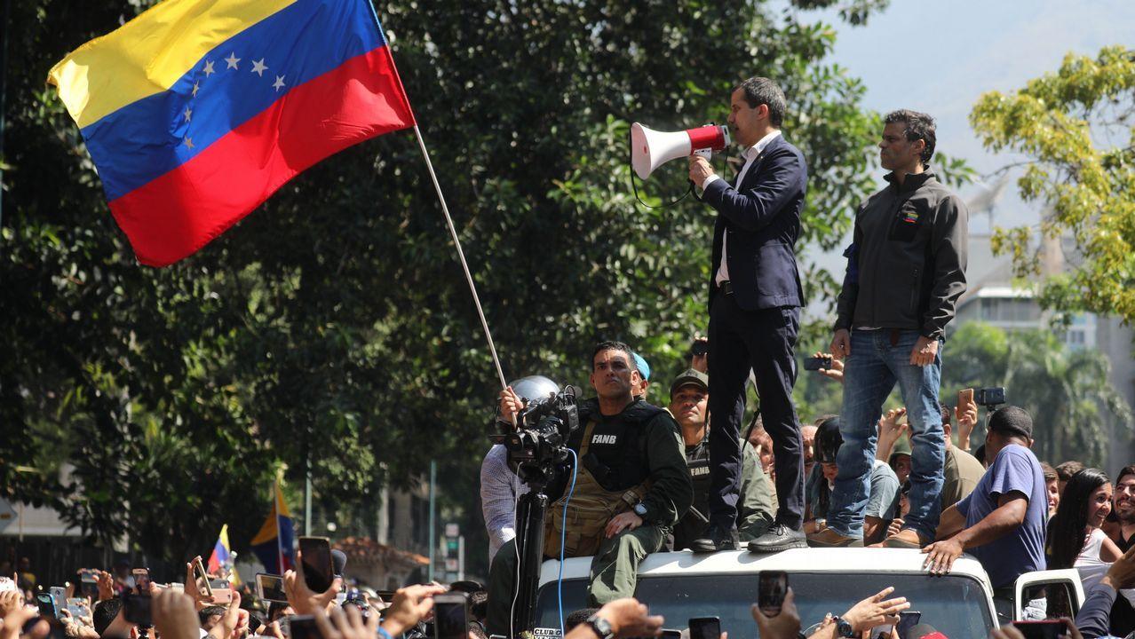 Guaidó y López, acompañados de miembros de la Guardia Nacional, pidieron en la plaza de Altamira a los venezolanos que salgan a las calles para deponer a Maduro