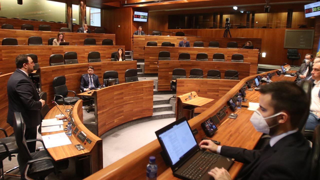 El presidente asturiano Adrián Barbón, interviene en el Pleno de la Junta General durante el Estado de Alarma por la COVID-19.