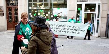 Isabel Valldecabres denuncia el acoso a la ex ministra socialista Bibiana Aído.Miembros de una platraforma se concentraron ante la sucursal.