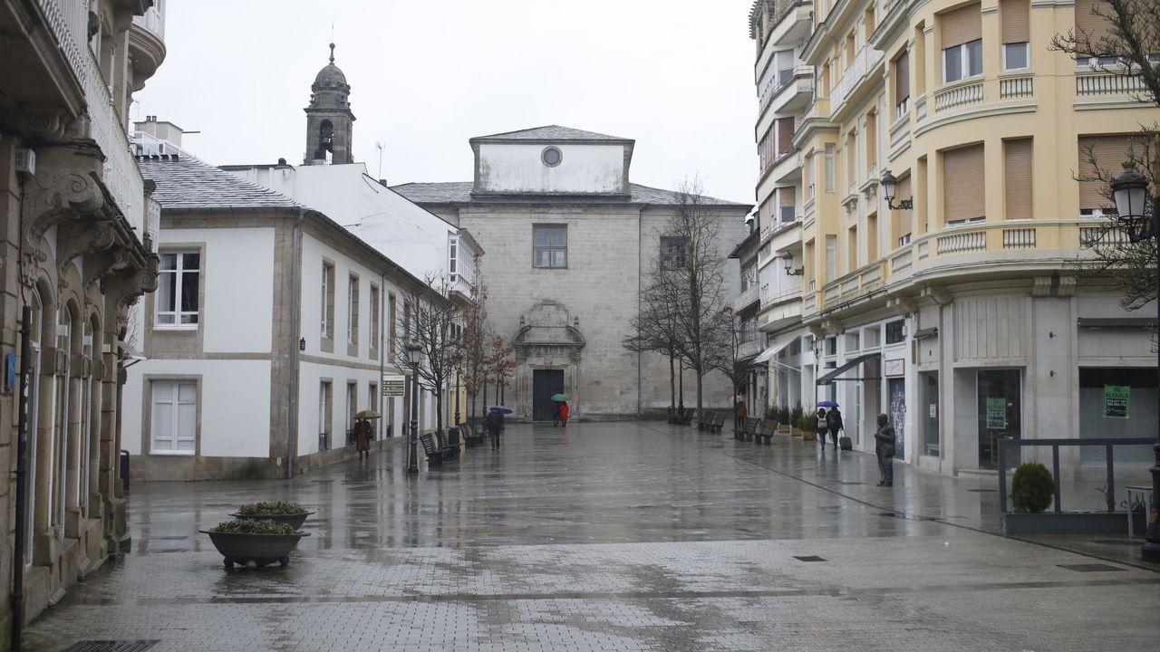 Trabajos del grupo Elsamex en las vías de la comarca de A Fonsagrada.El centro de Lugo estuvo este domingo vacío de gente