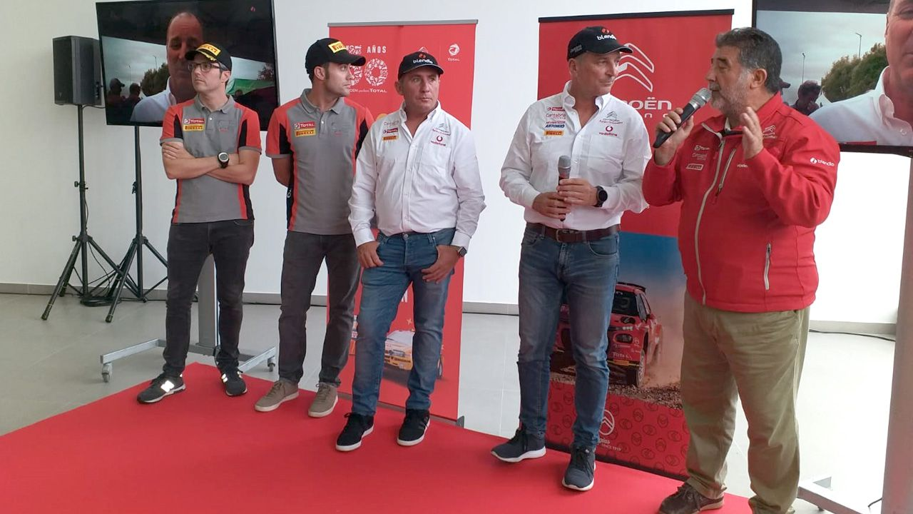 Chus Puras y Pepe Lopez, junto a sus copilotos, en la presentación del equipo Citroen en el concesionario Moviedo