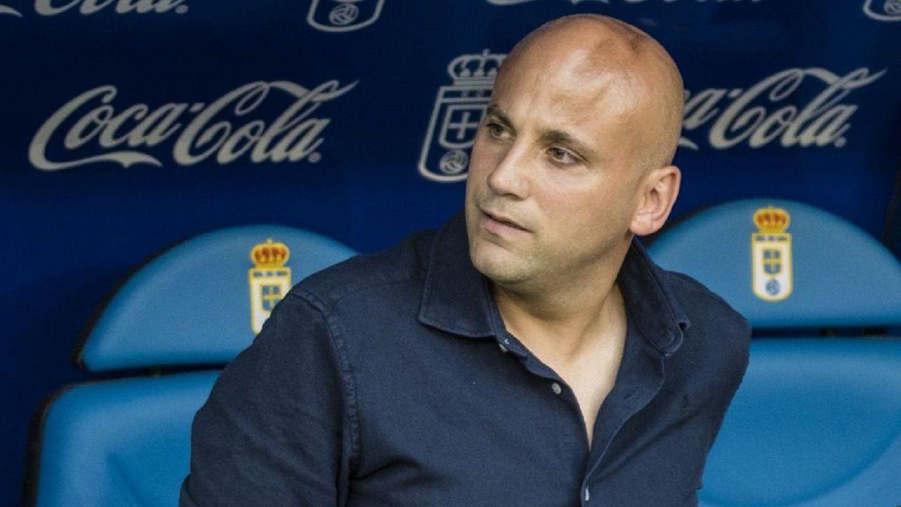 Champagne Sadiku Malaga Real Oviedo La Rosaleda.Javi Rozada en el banquillo del Carlos Tartiere