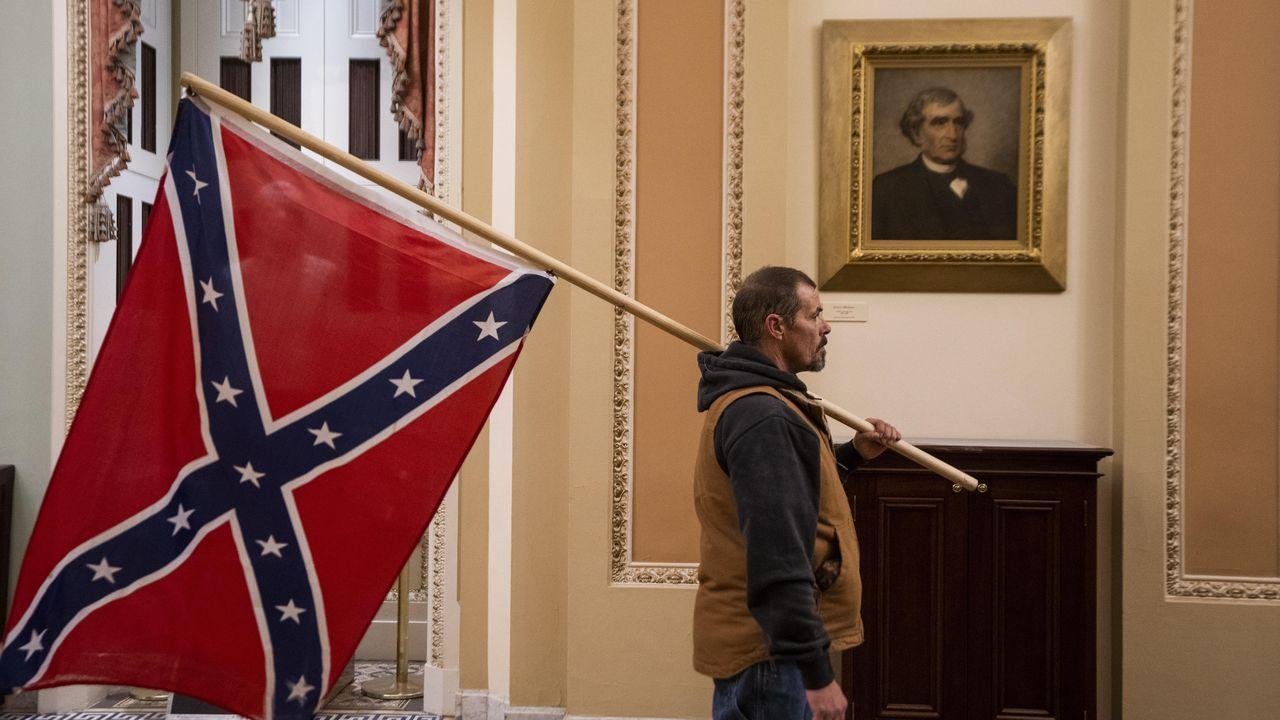 Un seguidor de Trump en el Capitolio