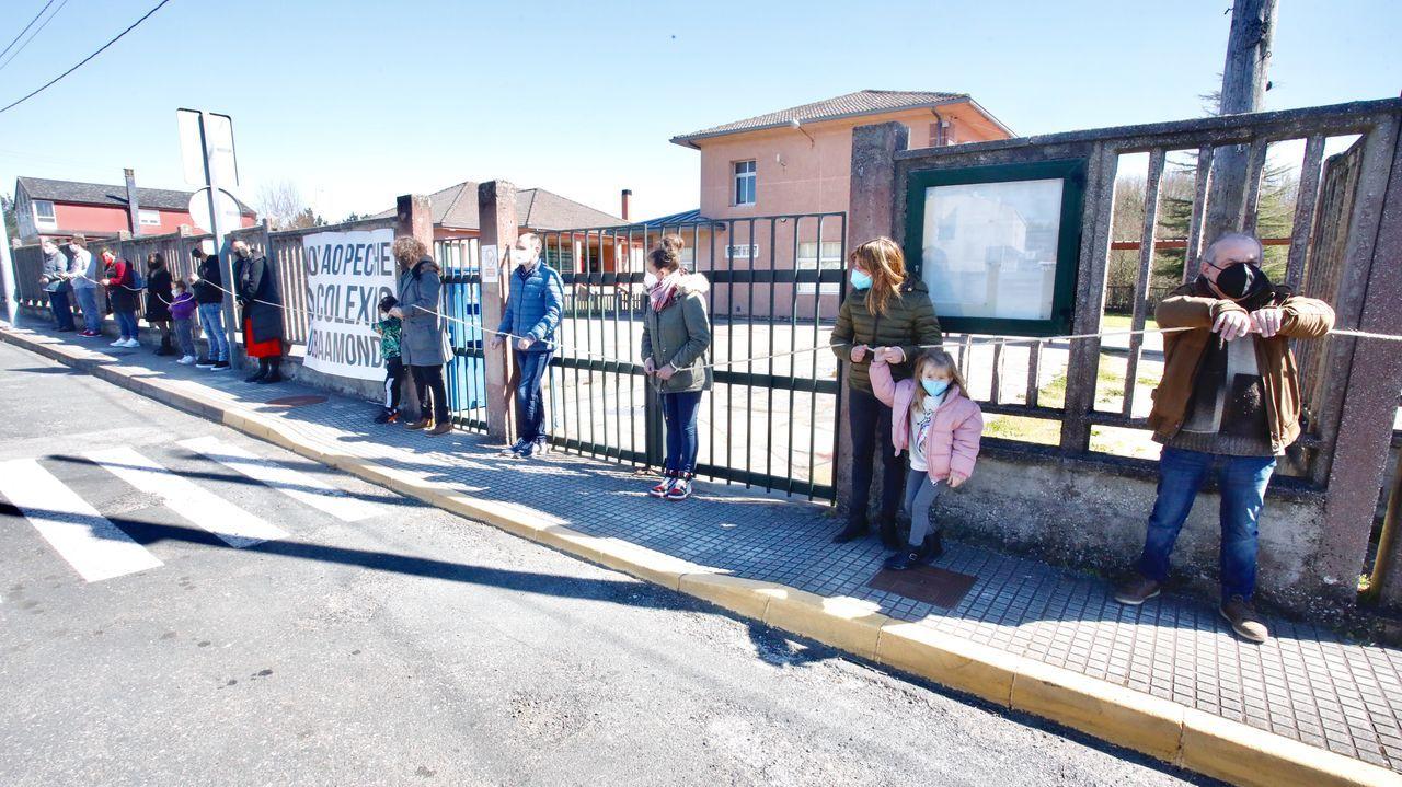 Entrega de diplomas en Outeiro de Rei.En Baamonde se han celebrado varias protestas contra el cierre del colegio
