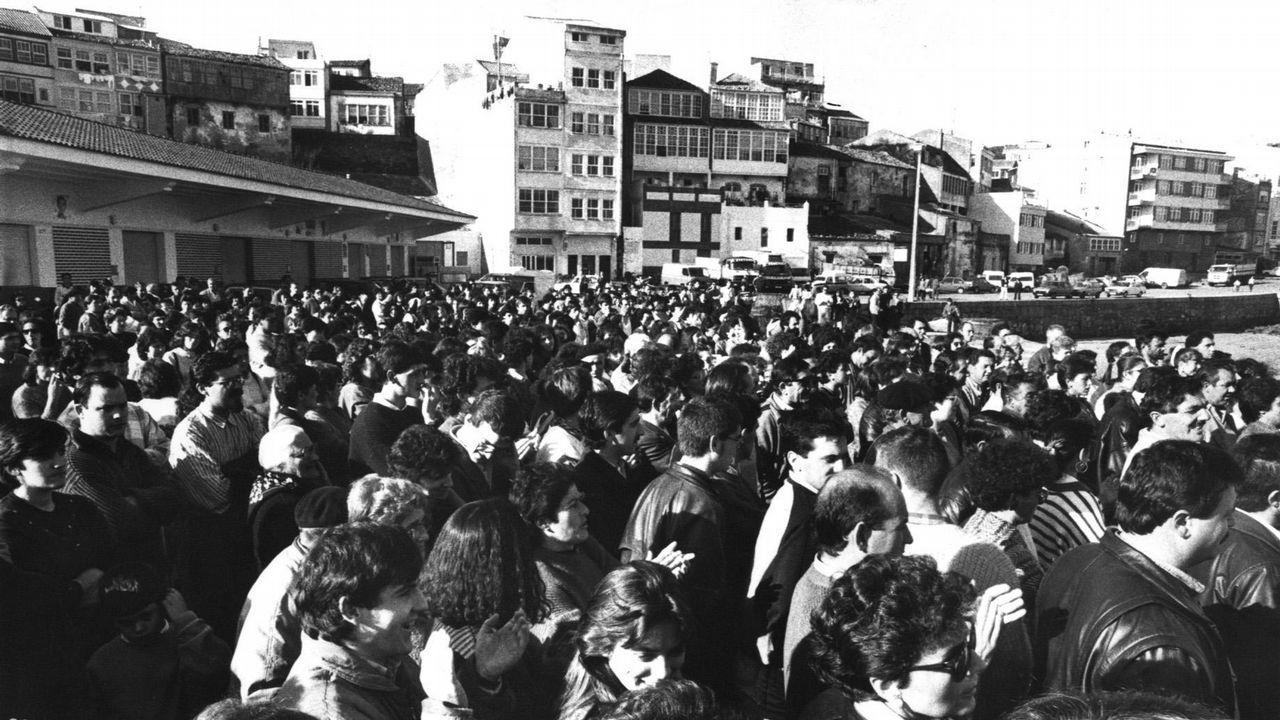 Cientos de personas se manifiestan en Fisterra por los vertidos ocasionados tras el hundimiento.