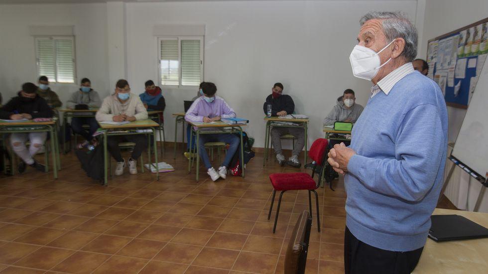 Os voluntarios do CEIP San Tomé len un libro os usuarios do centro de día de Cambados.O secretario xeral de Política Lingüística, Valentín García, e a directora xeral de Xuventude, Cristina Pichel, na organización do concurso