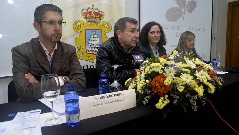 Alumnos, autoridades y equipo docente, ayer, en la clausura del obradoiro de A Laracha y Arteixo.
